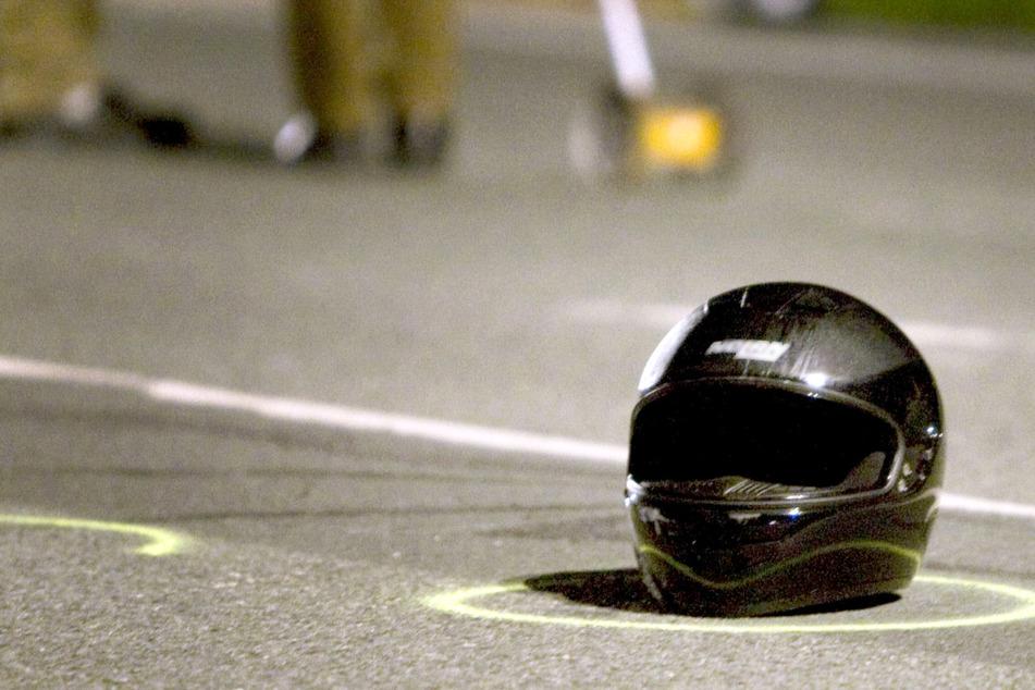Ein 52 Jahre alter Motorradfahrer ist bei einem folgenschweren Unfall auf der B12 in Bayern ums Leben gekommen. (Symbolbild)