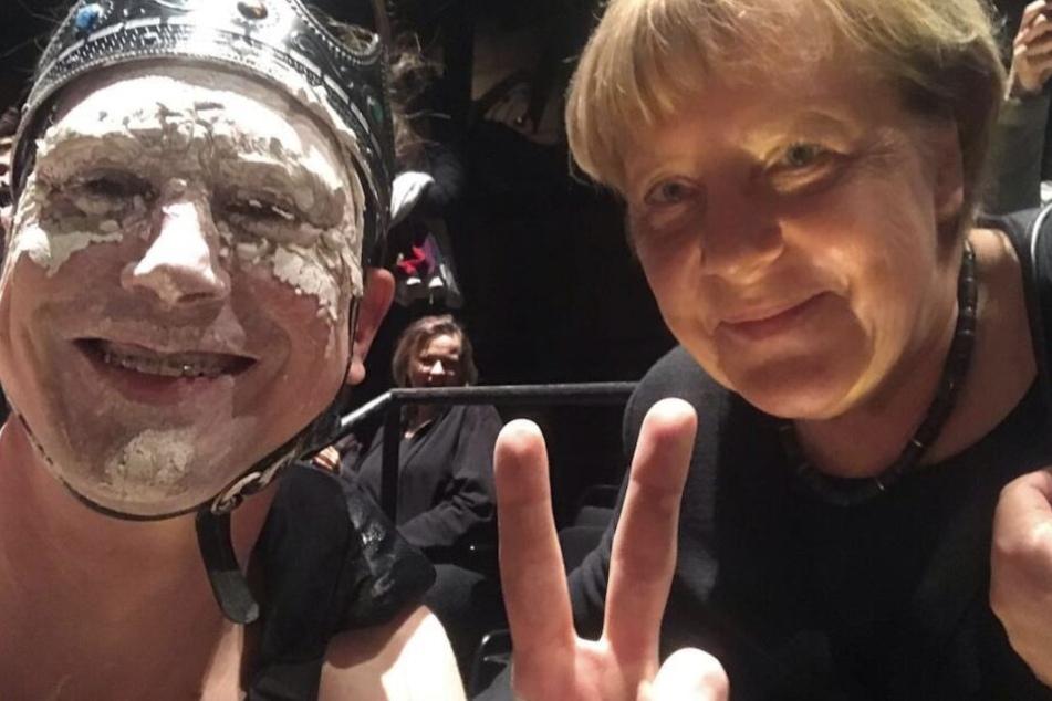 Mit Peace-Zeichen und in Maske holt sich Eidinger sein Merkel-Selfie!