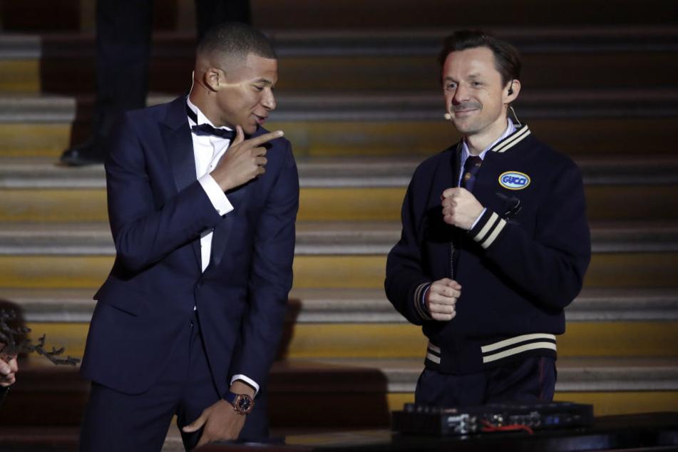 DJ Martin Solveig (re.) mit Frankreichs Top-Fußballstar Kalian Mbappé auf der Bühne beim Ballon d'Or in Paris.