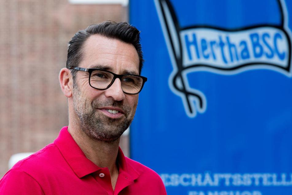 Hertha-Manager Michael Preetz freut sich über das Heimspiel, mit den Fans an der Seite der Mannschaft.