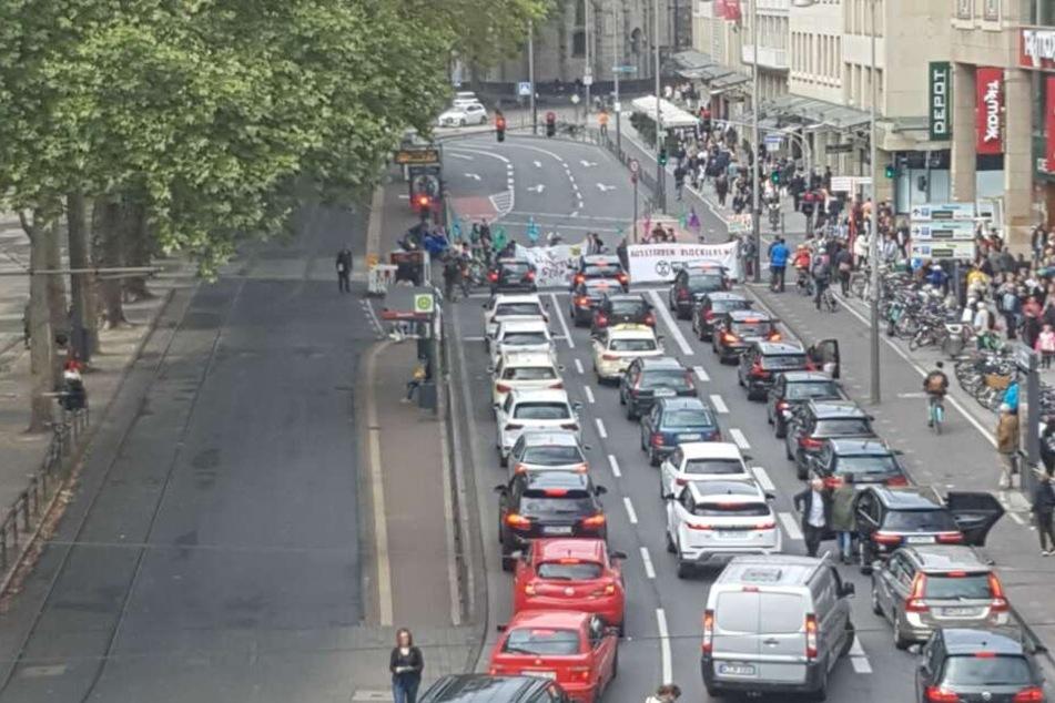 Etliche Autofahrer antworteten mit einem Hupkonzert auf die Blockade der Straße.
