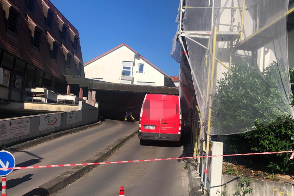 Der Transporter blieb an dem Baugerüst hängen.