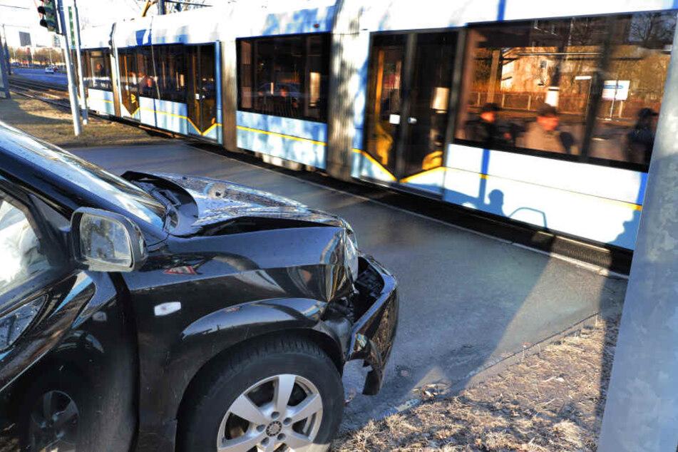 Der Hyundai krachte gegen eine fahrende Straßenbahn.