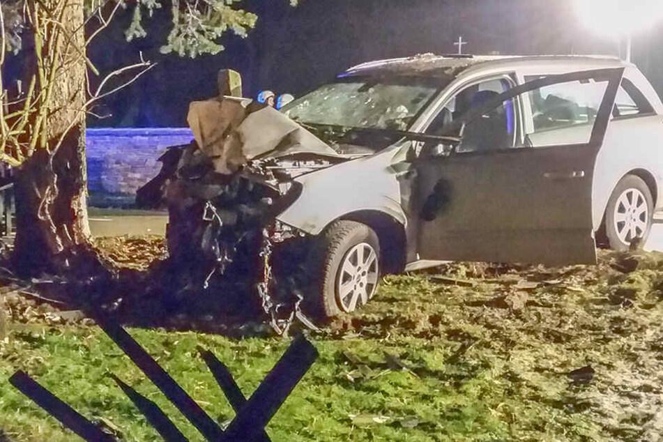 Für die Fahrerin im Erzgebirge kam jede Hilfe zu spät. Sie verstarb noch am Unfallort.