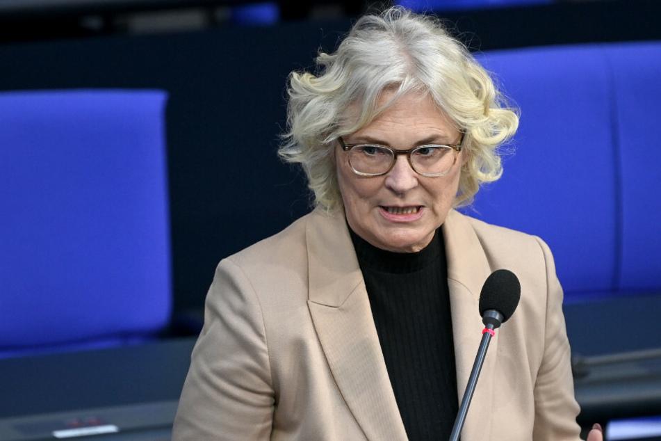 Christine Lambrecht (55, SPD), Bundesministerin der Justiz und für Verbraucherschutz, beantwortet im Bundestag die Fragen der Abgeordneten.