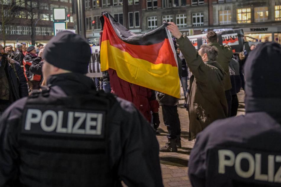 """Die rechten """"Merkel muss weg""""-Demonstrationen in Hamburg hat der Verfassungsschutz genau beobachtet, da dort bekannte Rechtsextreme und Reichsbürger führend mitgemacht haben."""