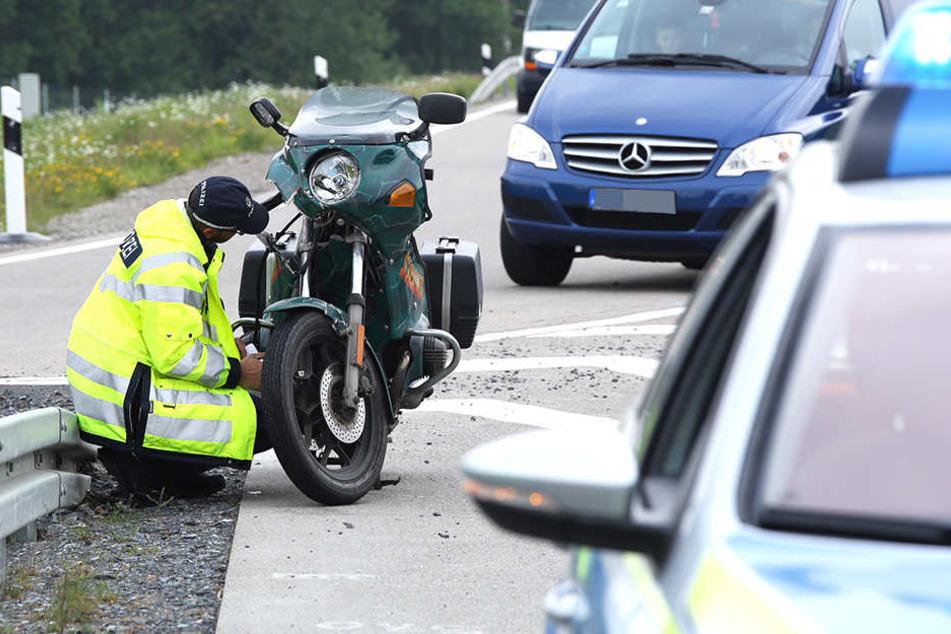 Ein Biker verletzte sich bei einer Kollision auf der A13.