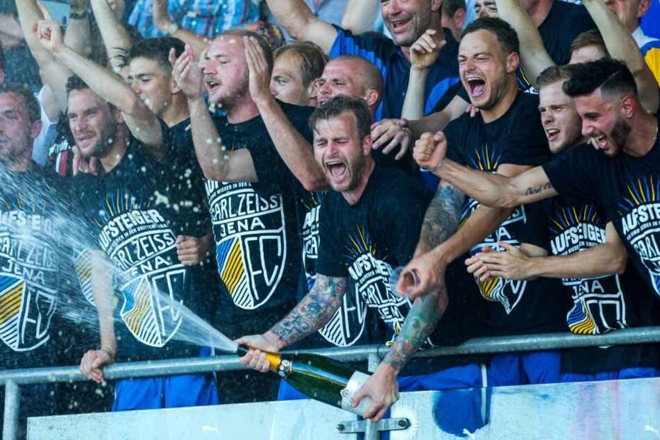 Die Mannschaft feiert mit den Fans den Aufstieg in die dritte Liga.