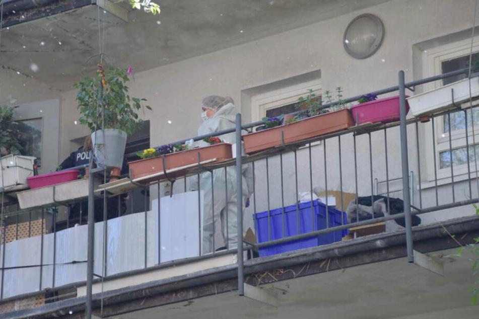 Ermittler untersuchen nach der Tat die Wohnung. (Archivbild)