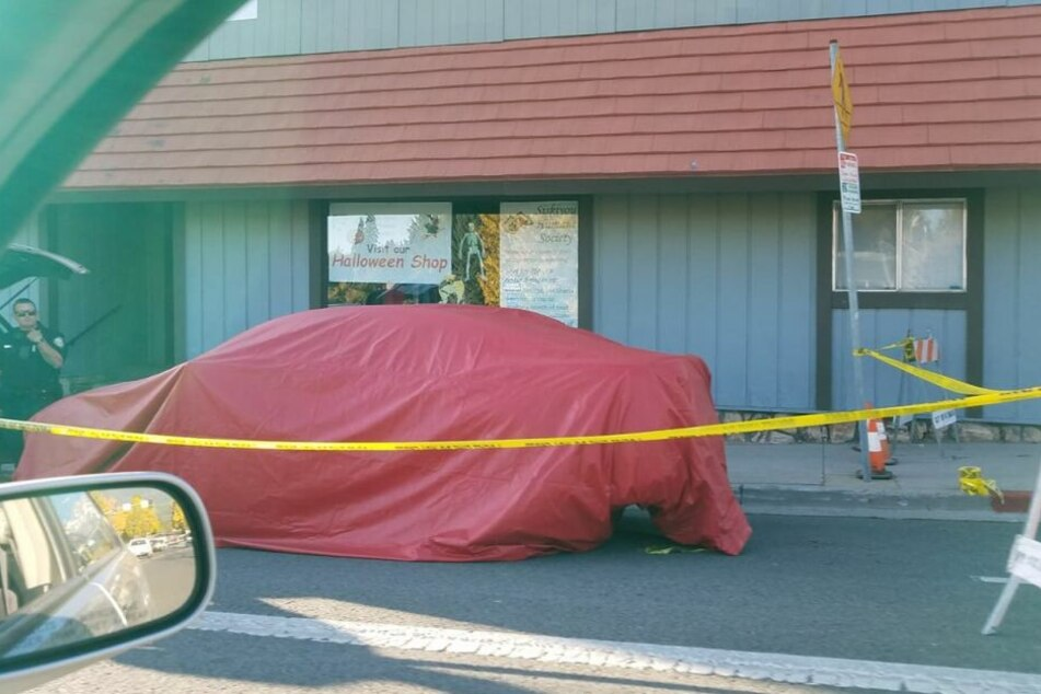 Das Auto des Verdächtigen wurde mit Planen abgedeckt.