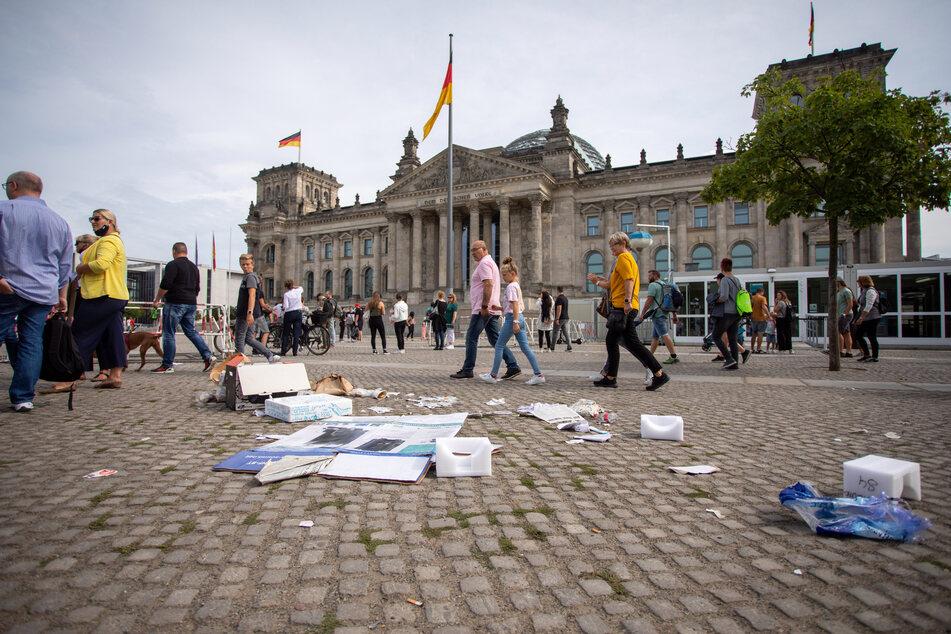 Müll liegt am Folgetag eines Protests gegen die Corona-Maßnahmen vor dem Reichstagsgebäude.