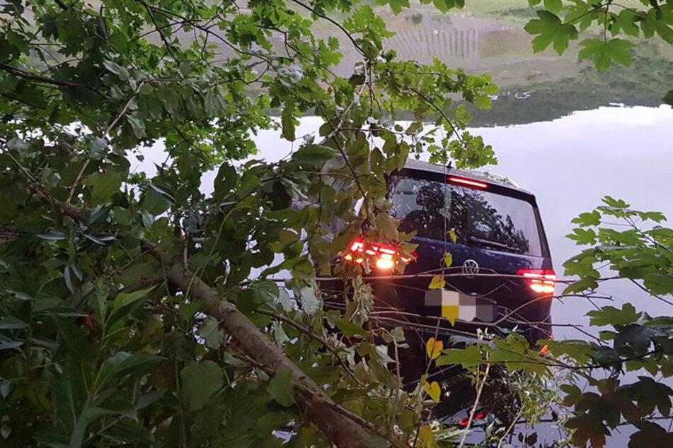 Mann versinkt mit Auto in der Mosel und ruft noch drin sitzend die Polizei