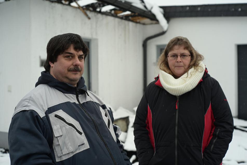 Patrick Ziera (45) und seine Freundin Katja Grundmann (44) retteten drei Bewohner aus dem brennenden Haus.