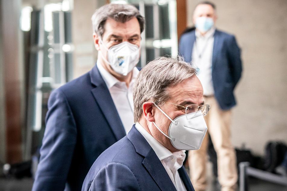 Markus Söder (54, CSU, hinten), Ministerpräsident von Bayern und CSU-Vorsitzender, neben Armin Laschet (60), CDU-Bundesvorsitzender und Ministerpräsident von Nordrhein-Westfalen.