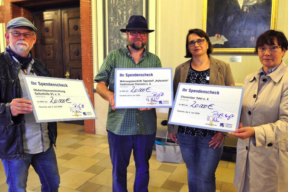 Dieter Böhme (61, Selbsthilfe 91, l.), Alfred Mucha (52, Stadtmission), Karla McCabe (Vorstand Diakonie) und Schatzmeisterin Bärbel Schindler (62, Tafel) freuen sich über die Spende der Bethe-Stiftung.
