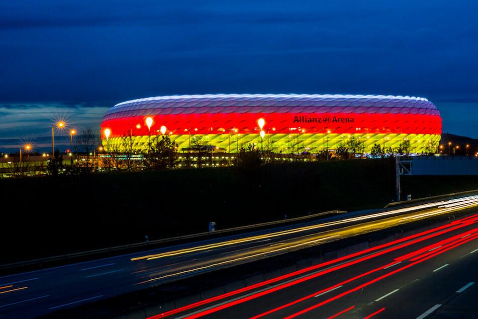Die Münchner Allianz Arena leuchtet in den deutschen Nationalfarben Schwarz, Rot und Gold. Wird sie im Sommer Spielplatz für die Europameisterschaft?