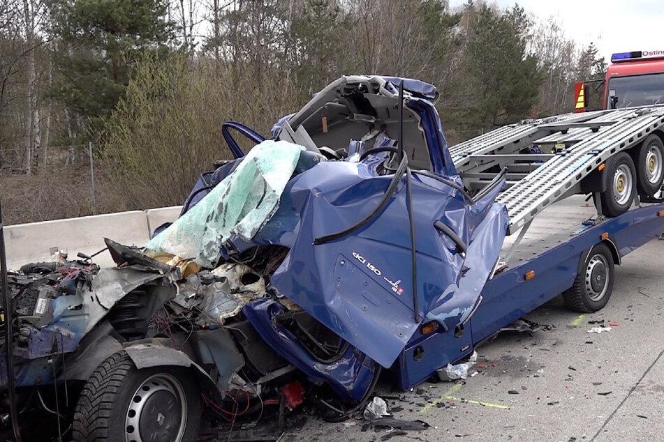 Der 41-jährige Fahrer des Kleintransporters konnte nicht mehr rechtzeitig bremsen und fuhr auf den Sattelzug auf.