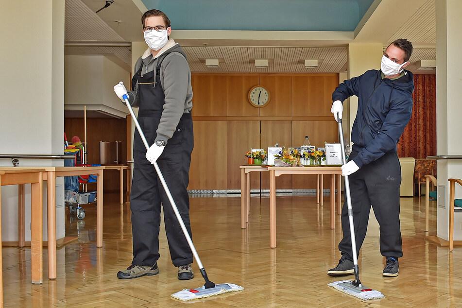 Mit jetzt schon etwas Übung desinfizieren zwei Soldaten Räume im Radeberger Pflegeheim. Auch pingeliges Putzen lernt man schließlich beim Bund.