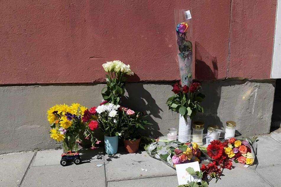 Blumen stehen am Tatort.