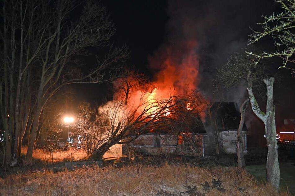 Das aus dem Haus dringende Feuer war deutlich zu sehen.
