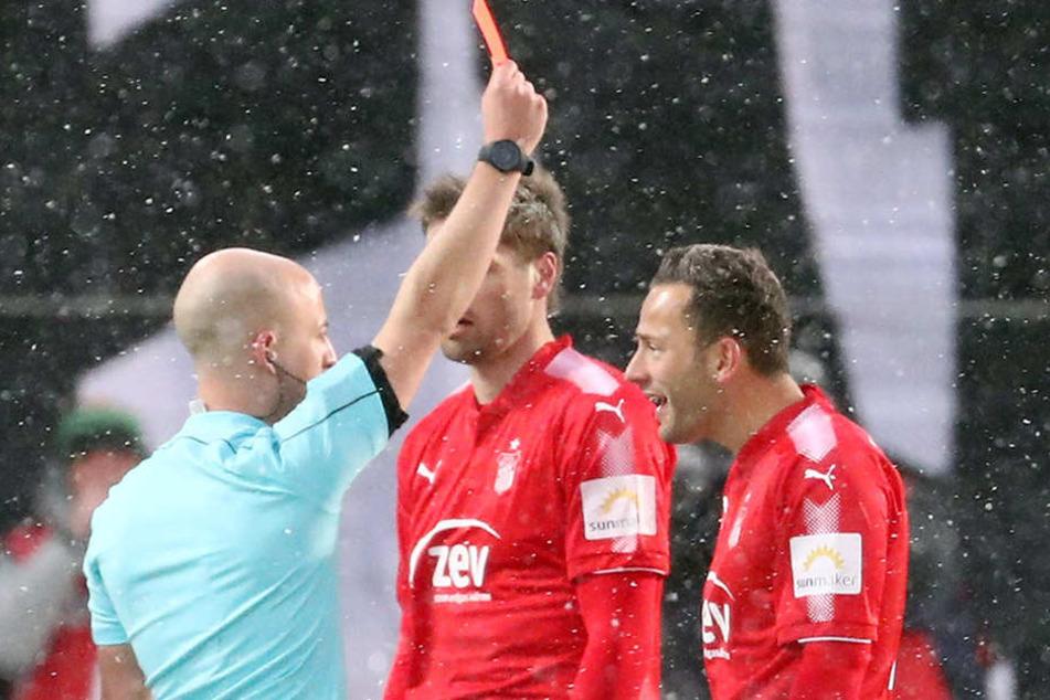 Mehr Fingerspitzengefühl von den Schiris wünscht sich FSV-Coach Torsten Ziegner: Hier stellt Nicolas Winter (l.) Ronny Garbuschewski vom Platz.
