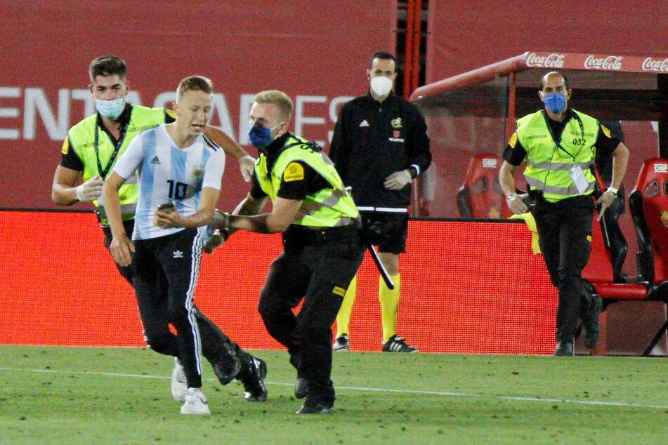 Wie aus dem Nichts und trotz strenger Sicherheitsmaßnahmen hat ein Flitzer das Geisterspiel des spanischen Fußball-Meisters FC Barcelona bei RCD Mallorca gestört.