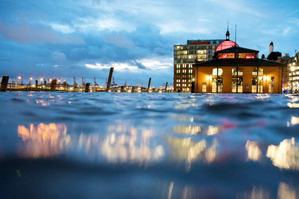 Der Fischmarkt stand am Dienstagabend unter Wasser.