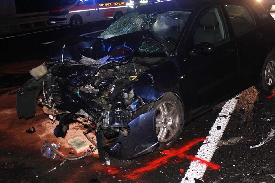 Frontalcrash: 21-Jähriger schleudert über Autobahn
