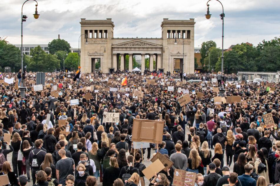 25.000 bei Demo auf Münchner Königsplatz: Darum griff die Polizei nicht ein