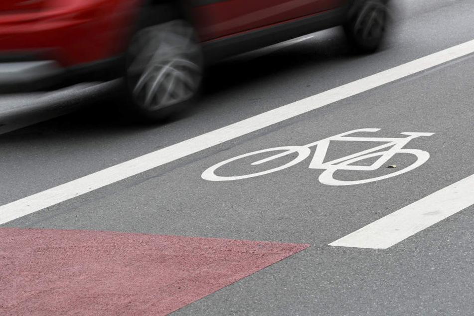 Er sollte den Radweg benutzen, doch der Radfahrer kam der Aufforderung des Pkw-Fahrers nicht nach. Da nahm es der Autofahrer selbst in die Hand. (Symbolbild)