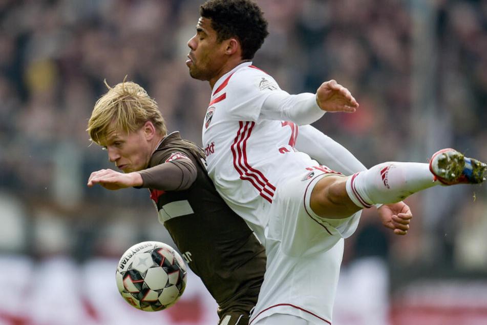 Trotz seines schmächtigen Körpers behauptet Mats Möller-Daehli den Ball gegen Paulo Otavio.