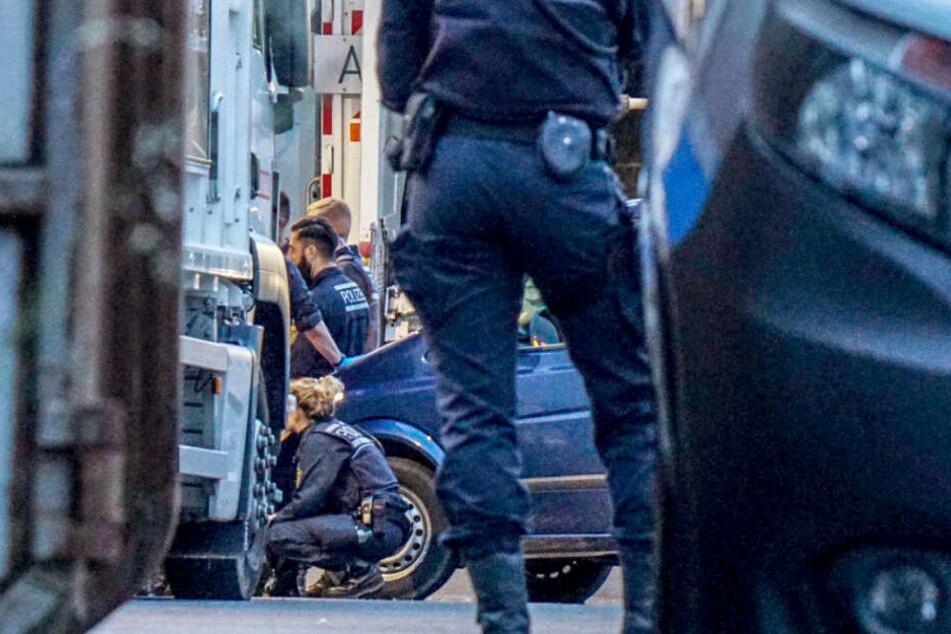In Reichenbach durchsuchen Polizisten den Müll einer Müllentsorgungsfirma.