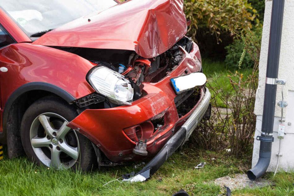 Die beiden Insassen des Suzuki wurden bei dem Unfall schwer verletzt.