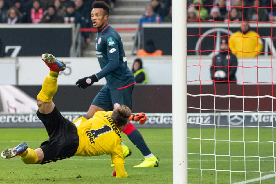 VfB-Keeper Ron-Robert Zieler kassiert den 0:1-Gegentreffer gegen Mainz 05.