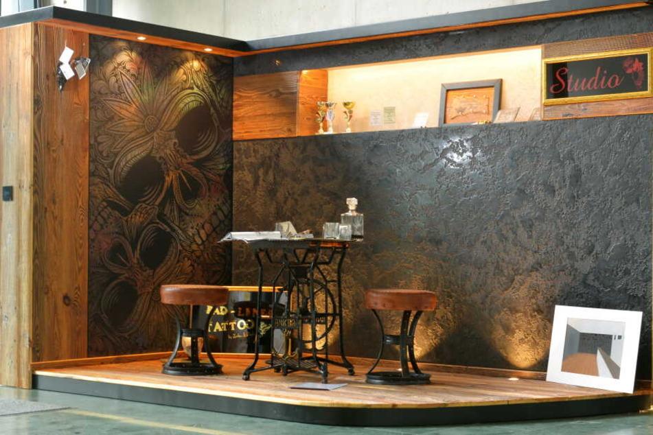 Maler Richard Schädlich aus Thum gestaltete für seine Meisterprüfung die Wände eines Tattoo-Studios.