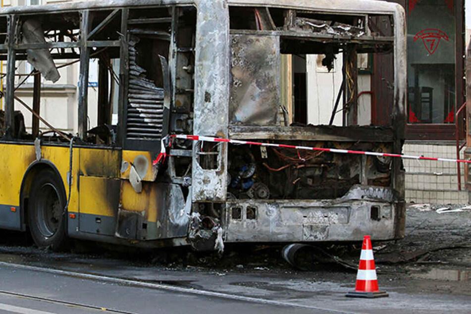 Mitten im Berufsverkehr fing er Feuer: BVG-Bus brennt aus
