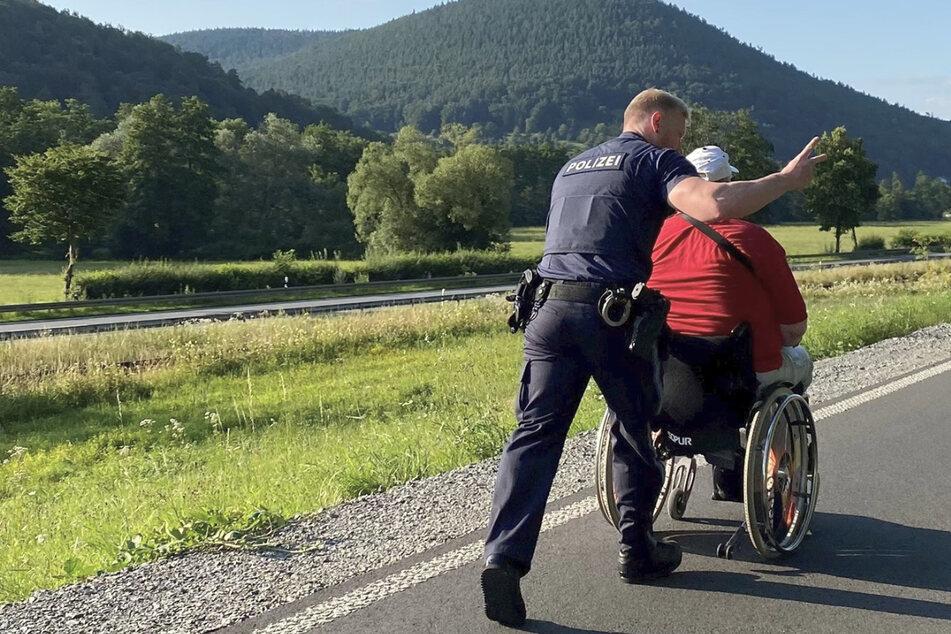 Bei sommerlichen Temperaturen schob der freundliche Polizist den Rollstuhlfahrer bis zum Haus seines Bekannten im Nachbarort.