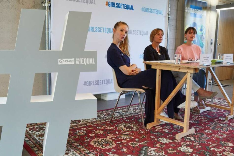 Pheline Roggan (l-r), Maike Röttger und Hannah Müller-Hillebrand sprechen auf einer Pressekonferenz von Plan International zu einer Umfrage zu Rollenbildern in den sozialen Medien.