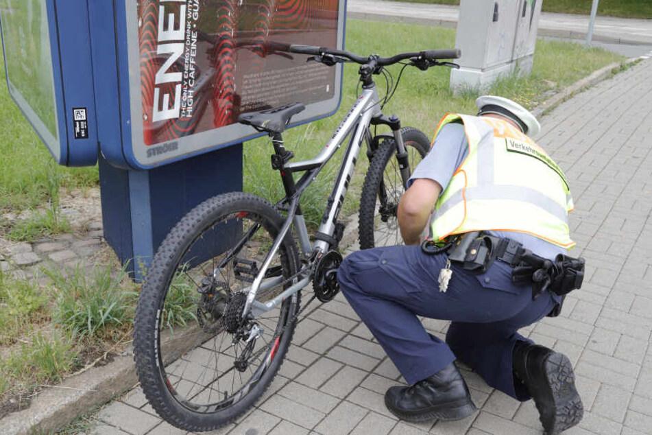 Die Polizei untersucht nach dem Unfall das Fahrrad.