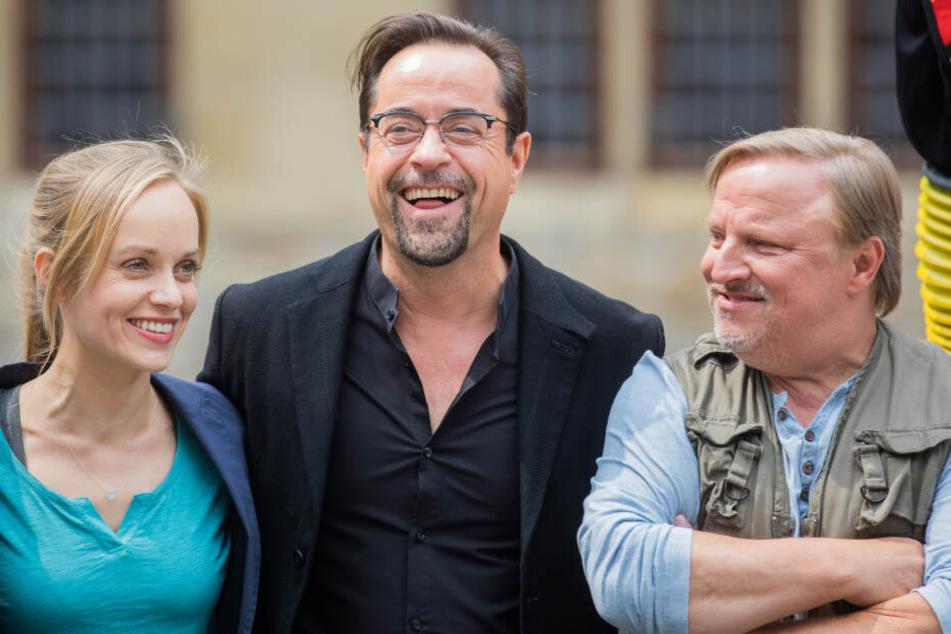 """Die Schauspieler Jan Josef Liefers (l-r), Friederike Kempter und Axel Prahl stehen während der Dreharbeiten zu einem neuen Münster-""""Tatort"""" am Filmset."""