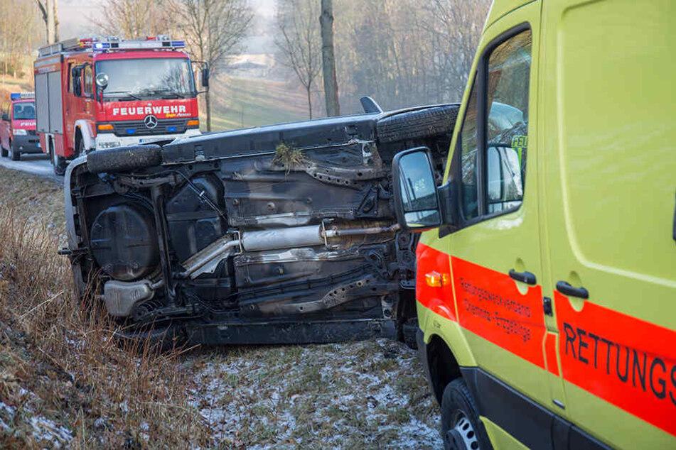 Der Opel blieb nach dem Unfall auf der Seite liegen.