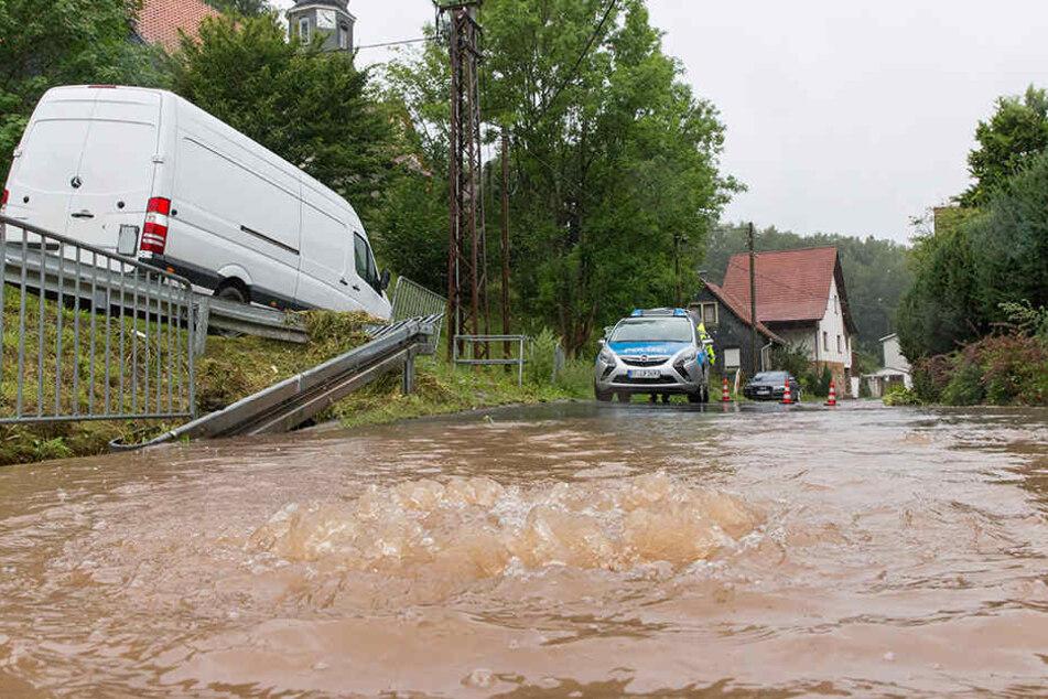 In Neundorf trat ein Zufluss der Hasel über die Ufer.
