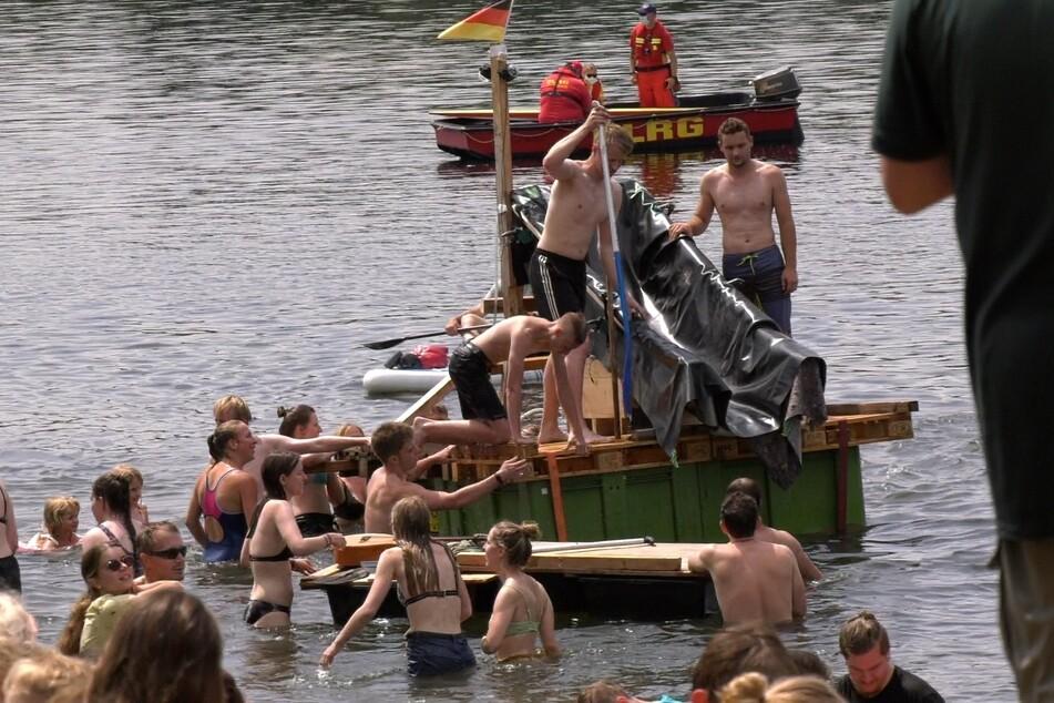 "Unter Aufsicht der Deutschen Lebens-Rettungs-Geselllschaft (DLRG) nahmen hunderte Fans der ""Real Life Guys"" am Bau des Community-Flosses teil."