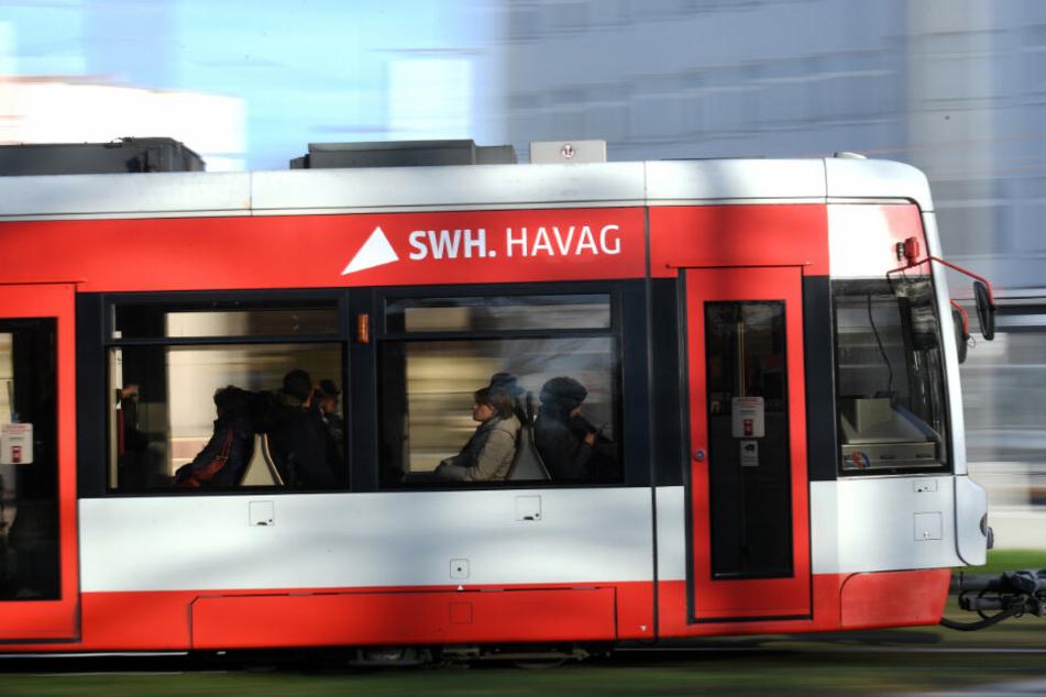 Am Mittwochnachmittag geriet ein Radfahrer in Halle (Saale) unter eine Straßenbahn. (Symbolbild)