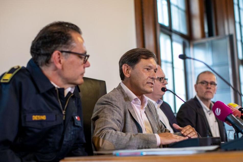 Auf einer eingerufenen Pressekonferenz sprechen Marco Diesing, Feuerwehr, Frank Dudda, Oberbürgermeister, Johannes Chudziak, Stadtrat und Eduard Belker, Stadt Herne (v. l. n. r.) über den aktuellen Stand der Suche.