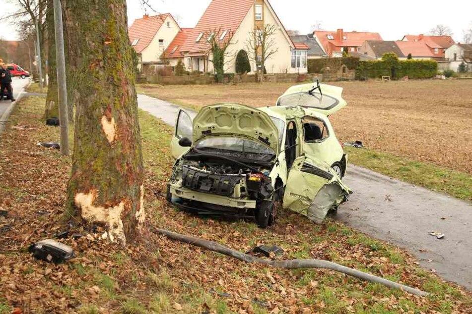 Die 20-Jährige fuhr mit ihrem Auto frontal gegen einen Baum.
