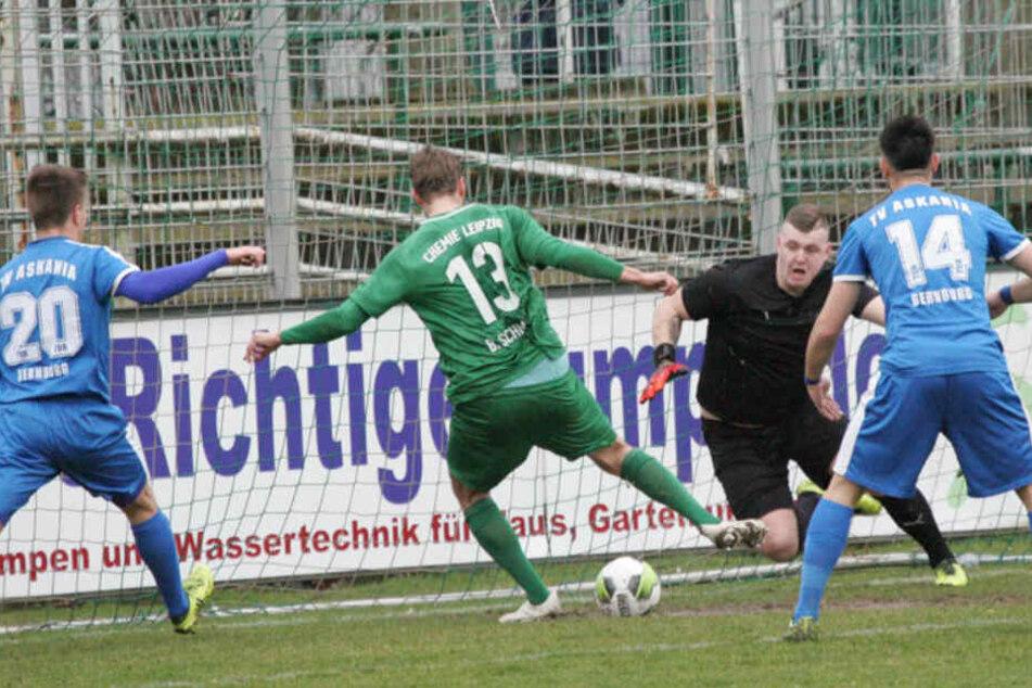 Bernburg-Keeper Datemasch (2.v.r.) hat mit einer Fotomontage auf Instagram eine neue Nazi-Debatte im Fußball losgetreten.