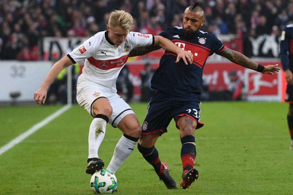 Stuttgarts Andreas Beck (l.) im Zweikampf mit Münchens Arturo Vidal.