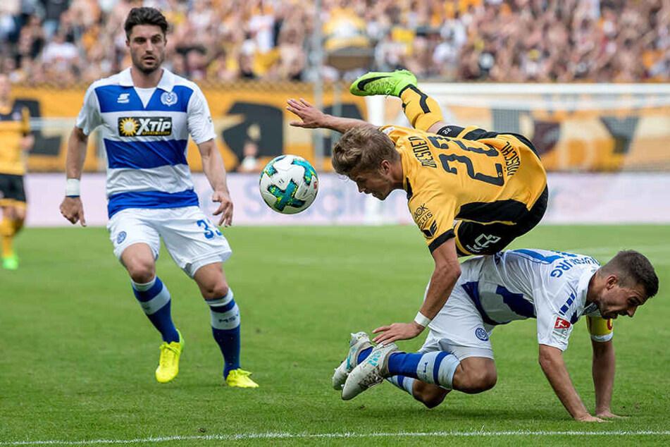 Patrick Möschl machte Tempo und wurde ein paarmal unsanft gestoppt - wie hier vom Duisburger Kevin Wolze.