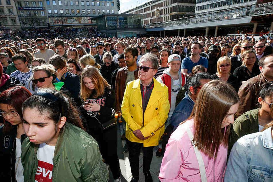 Fans des schwedischen DJs und Produzenten Avicii versammelten sich für eine Schweigeminute in Stockholm.